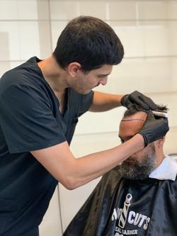 """A hairline ou """"linha frontal"""" é o primeiro centímetro de implantação do cabelo."""