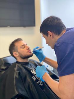 No planejamento cirúrgico, estudam-se as métricas faciais, e as características dos fios do paciente