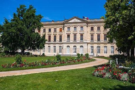 Bordeaux est un véritable pôle économique et historique de la région. Cette ville abrite donc de nombreuses activités à faire en Gironde. Fondé au XIXe siècle, le musée des Beaux-Arts témoigne d'ailleurs de son riche patrimoine culturel.  Vous pourrez notamment admirer des peintures de la Renaissance, et de magnifiques sculptures romaines. Amateurs d'art, c'est un endroit à ne pas manquer !