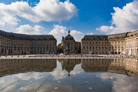 Place de la Bourse, entre le Quai de la Douane et le quai Louis XVIII, cette œuvre spectaculaire, due au paysagiste Michel Corajoud, alterne des effets extraordinaires de miroir et de brouillard.