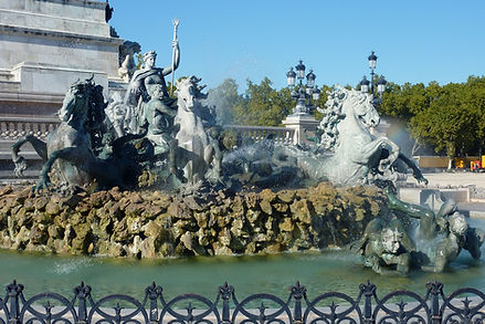 L'Esplanade des Quinconces bordée d'arbres plantés en quinconces occupe un vaste emplacement de 12 hectares (dont 6 d'espaces verts) en bordure de la Garonne, ce qui en fait la plus grande place d'Europe. Elle est décorée, à l'est par deux colonnes rostrales et, à l'ouest, par le Monument aux Girondins. De nombreuses manifestations s'y déroulent toute l'année : Fête du Fleuve, Fête du Vin, Foire à la brocante, Foire aux plaisirs, concerts, cirques, animations sportives…