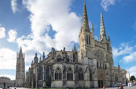 Construite au XIIe siècle, cette cathédrale est un des plus beaux monuments à visiter en Gironde. De style gothique, elle est un véritable emblème de notre Histoire. Elle a d'ailleurs été le lieu de mariage d'Aliénor d'Aquitaine et de Louis VII, en 1137.  Quelques siècles plus tard, c'est la duchesse Anne d'Autriche qui épousa Louis XIII entre ses murs légendaires. Forte de son patrimoine culturel, elle saura aisément charmer ses visiteurs ! Et ce, qu'ils soient passionné·e·s d'architecture, d'art ou encore d'Histoire.
