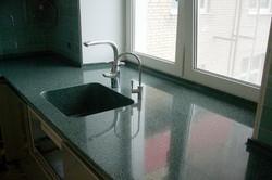 подоконник переходящий в кухонную столешницу с мойкой из искусственного камня