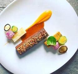 Kesudiós szarvasgerinc, savanyított zöldségekkel (karfiol, répapüré, cukkini henger, kelbi