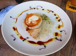 Kecskesajtos Csirke Karamellizált Körtével és Basmati Rizzsel