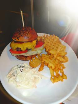 BBQ Burger Hasábburgonyával és Coleslaw Salátával