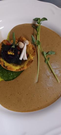 Vargánya krémleves, korianderes linzer tart, citromos feketeföld tea gombával