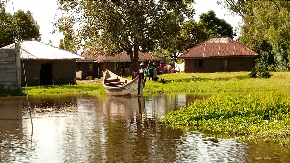 Flooded compound with only one dugout water vessel for transportation