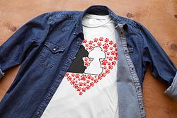 crew-neck-t-shirt-mockup-featuring-a-den