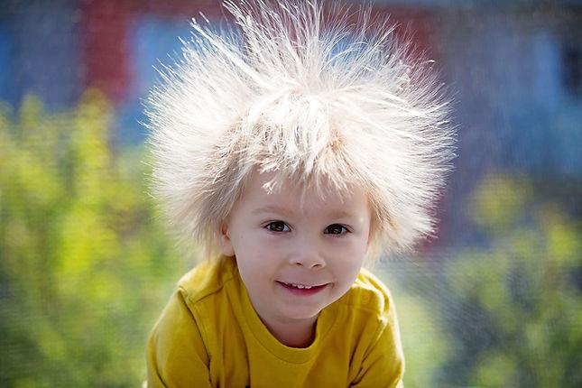 Junge mit wilden Haaren © Tomsickova/stock.adobe.com