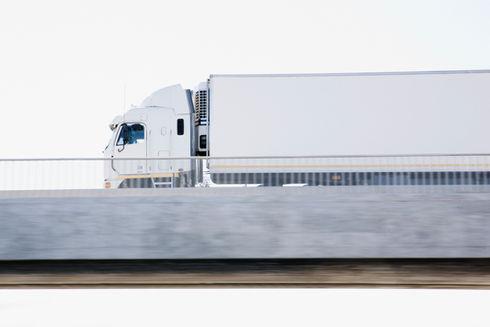 Semi-Truck na wiadukt