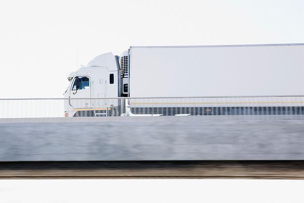 Полу-грузовик на Путепровод