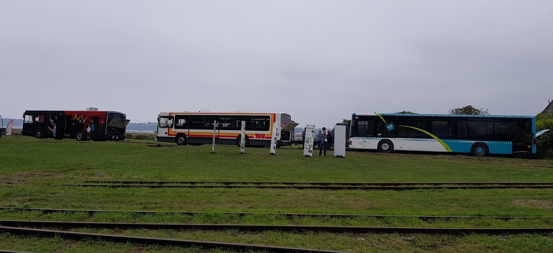 Les autobus de l'association en exposition