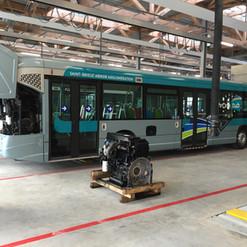 Le GX 327 n°275 dans les ateliers TUB et exposition d'un moteur de GX 327