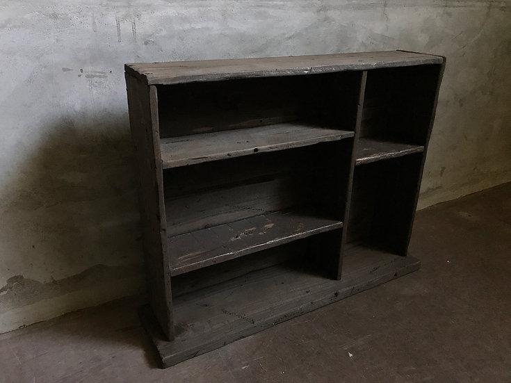 古い木のかっこいい飾り棚