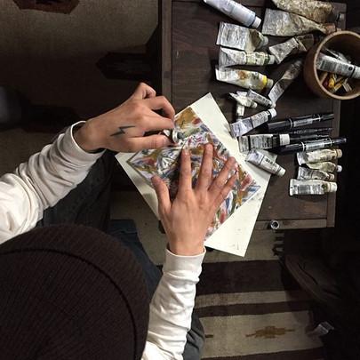 筆を使わずに描く絵。軽井沢のアトリエ。