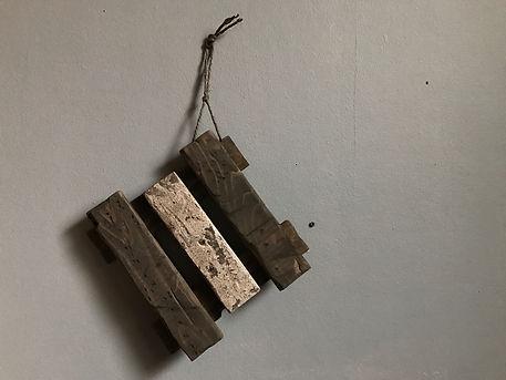 何かを置くことも飾ることもできるおしゃれなウッドスタンド。植物を並べる木の棚。