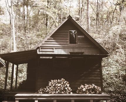 軽井沢の森の中の小さなアトリエ。セルフビルドの小屋。