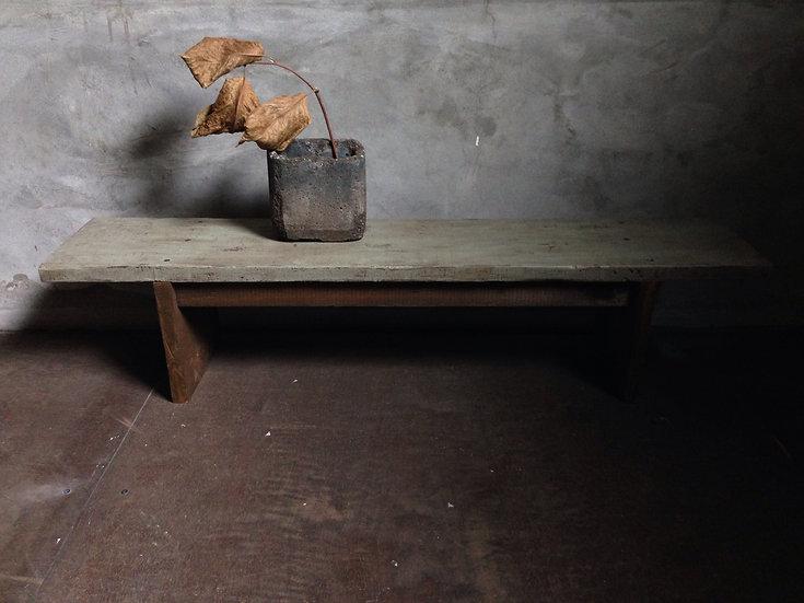 植物をおしゃれに飾るための木製台。
