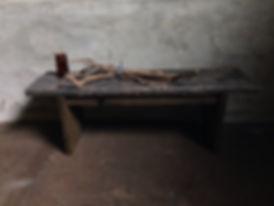 インダストリアルな雰囲気でおしゃれにアレンジする木製の台。