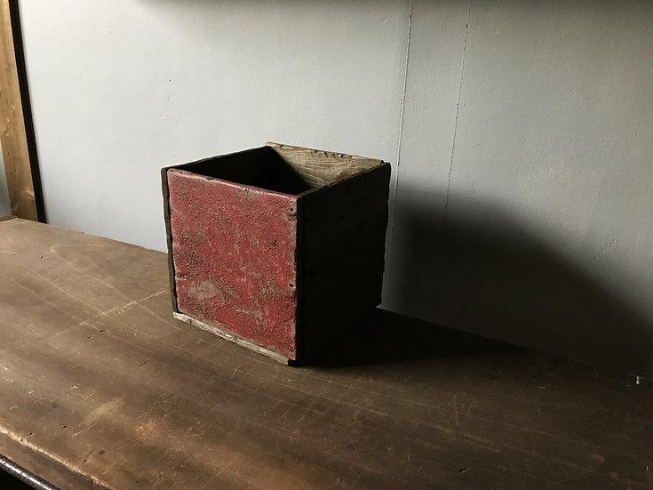 赤くて古いおしゃれな木の箱