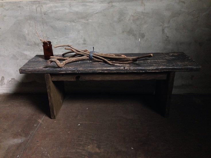 ネイビーブラウンのシンプルでかっこいい木の台。