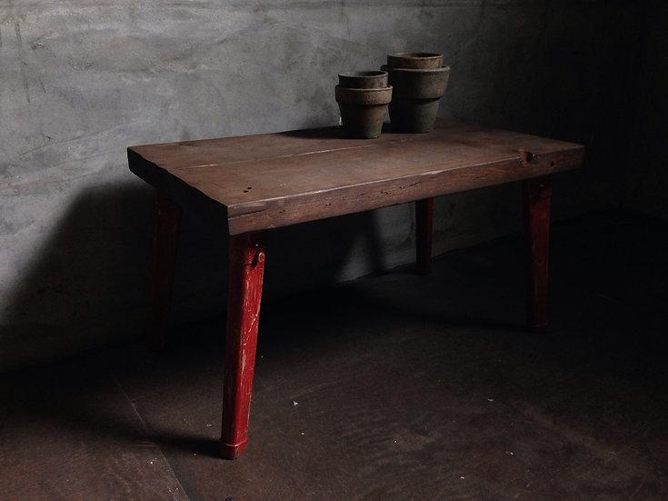 赤と茶色のかっこいい木の机。