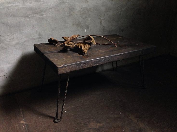 渋い色味の折りたたみテーブル。