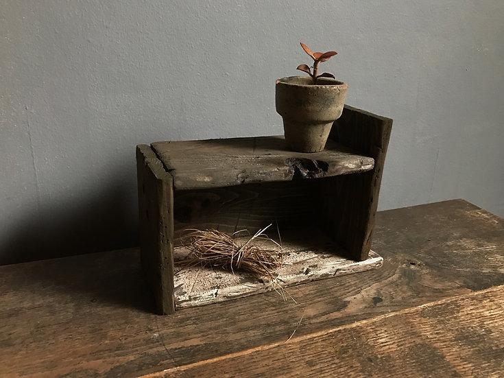 古い木の小さな飾り棚