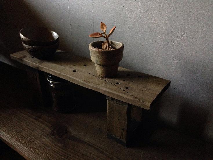 キッチンで調味料を並べる木の棚