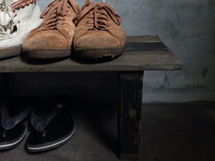 靴を収納する古い木のウッドシェルフ