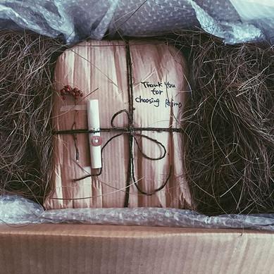 贈り物を包装する。おしゃれなラッピング。