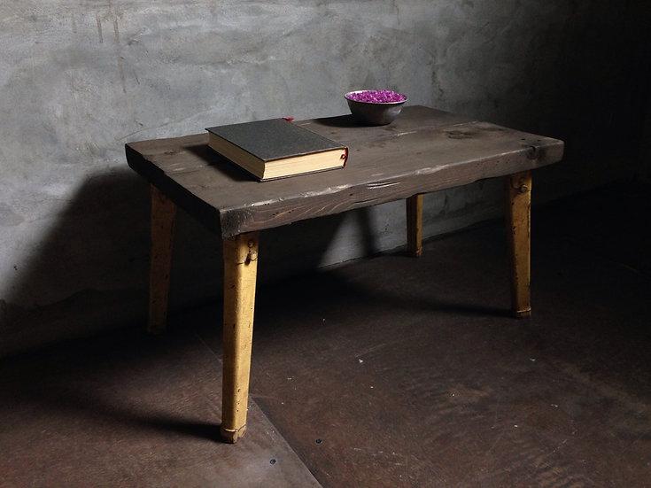 場所を取らない子供用の黄色い勉強机。ウッドテーブル。