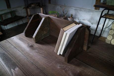 本をおしゃれに見せる収納、かっこいい本立て。ブックスタンド。