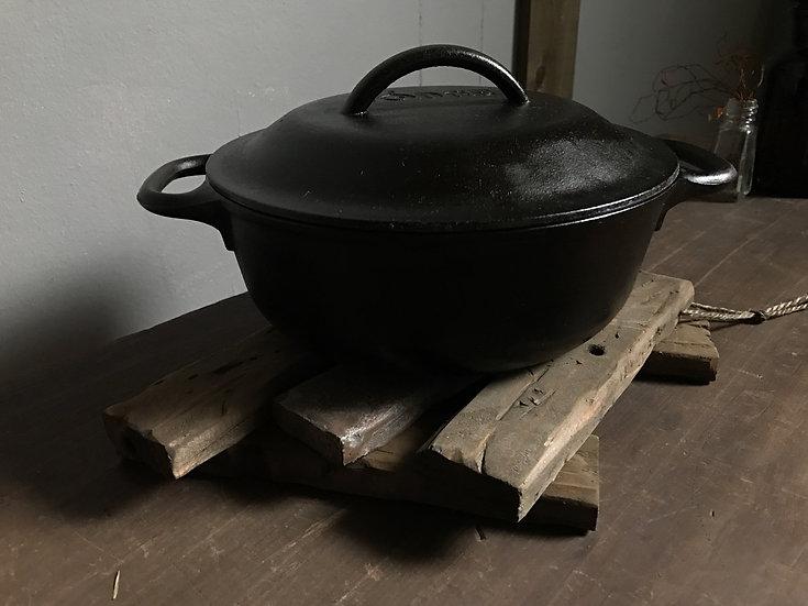 古い木でできた鍋敷き。キャンプではダッチオーブン用にも使えるおしゃれなポットスタンド。