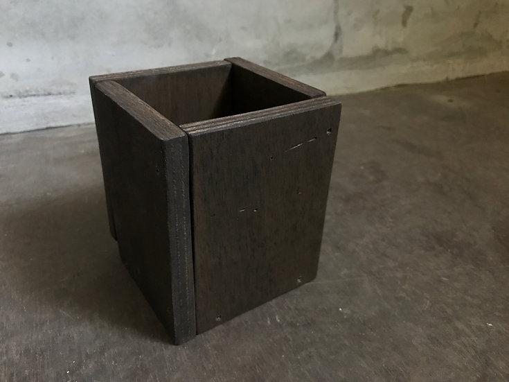 ペン立てやカトラリーの収納に使える木箱。