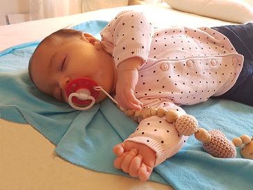 ein Baby sehr entspannt nach einer Craniosacralen Behandlung