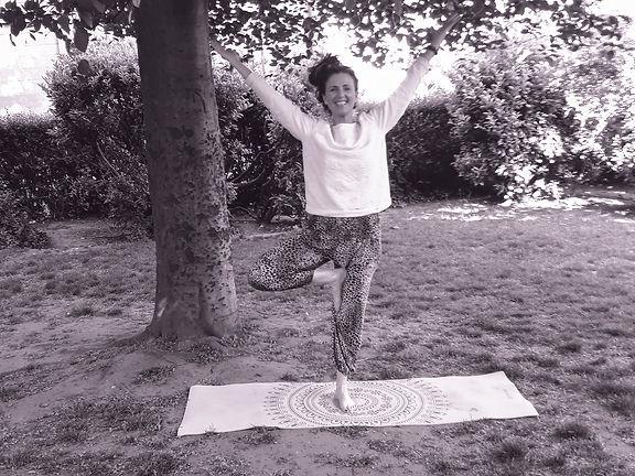 Yoga Zarah_Nancy Hermsen_buitenyoga.jpg
