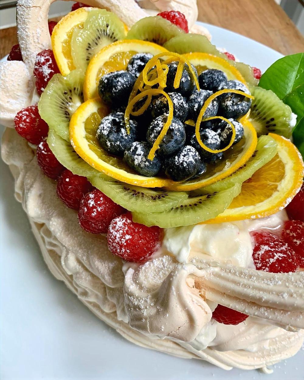Tarta Pavlova en forma de cestito con fruta