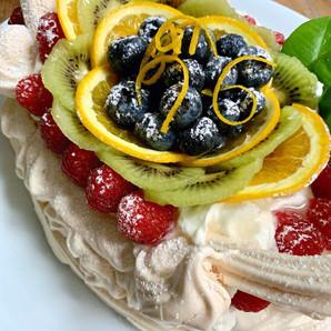 Pavlova en forma de cestito con fruta