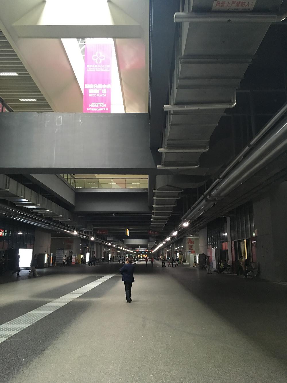 上海 会場広いです(通路です!)