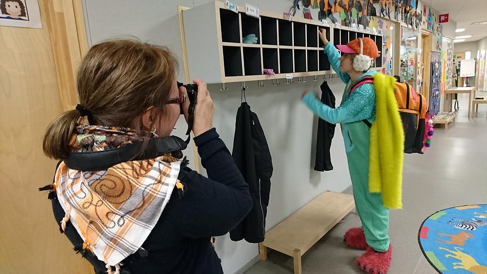 Annu Esko ottaa promokuvia, kuvattavana Vilma Putro.