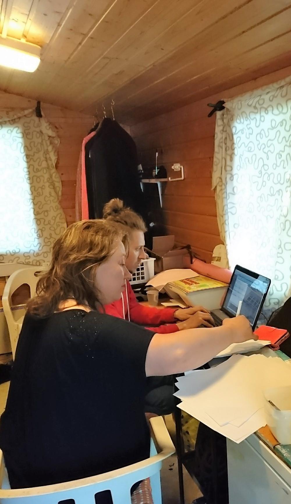 Ohjaaja Ilja Mäkelä ja tuottaja Pauliina Alanko laittavat ääniä kohdilleen. Kuva Suvi Lahdenmäki.