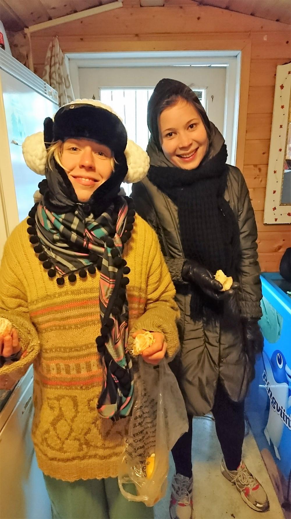 Ennätyksellisen kylmä kevät kysyi näyttelijöiltä luovuttaa myös pukeutumisessa. Vilma Putro ja Anna Andersson ja treenivaatetus. Kuva Suvi Lahdenmäki.