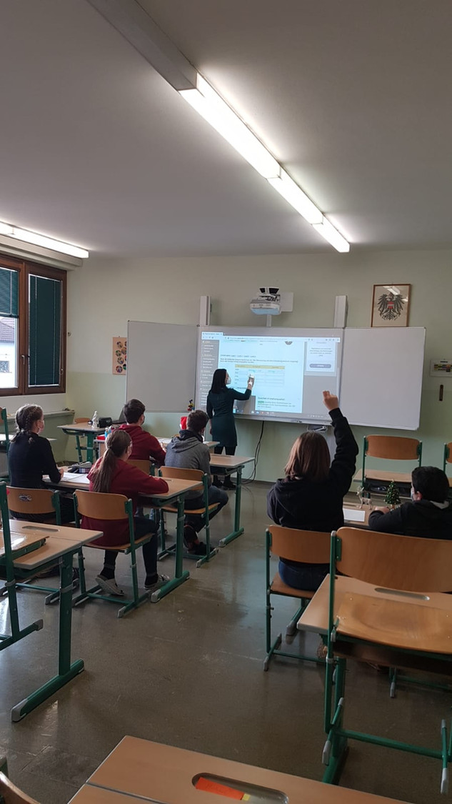 Klassenraum mit Whiteboard & Beamer