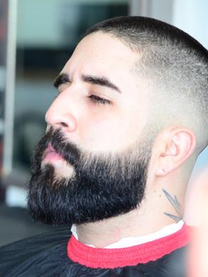 Corte desvanecido con navaja y arreglo de barba