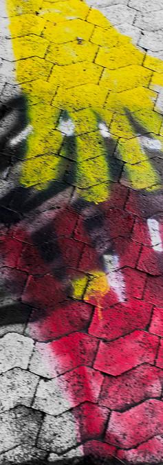 Seinämaalaus, joka esittää neljää päällekkäin asettuvaa kättä.