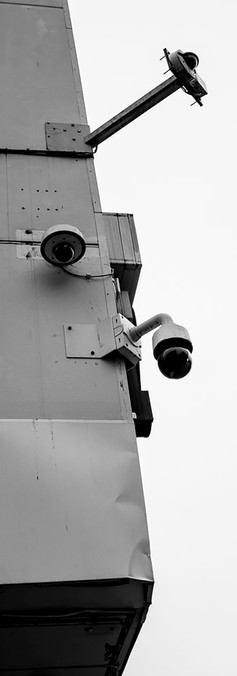 Kauppakadun risteyksessä ylhäältä alas kuvaavat valvontakamerat