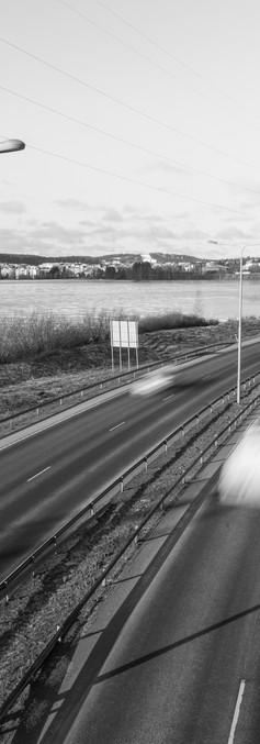 Moottoritie, jota pitkin ajaa useita erilaisia autoja.