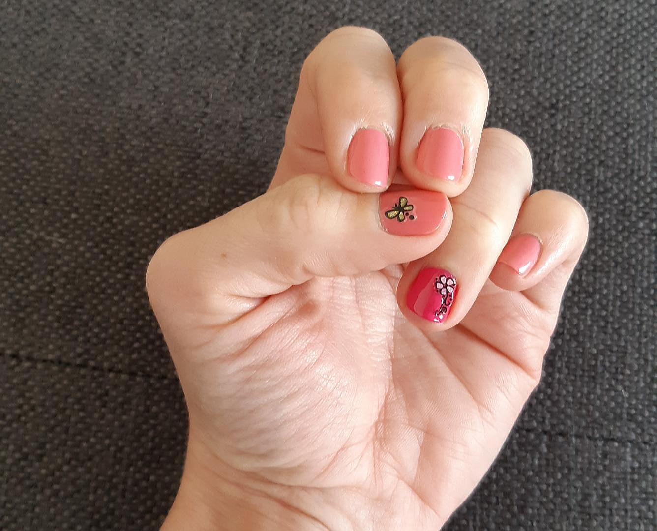 ongles roses et decors